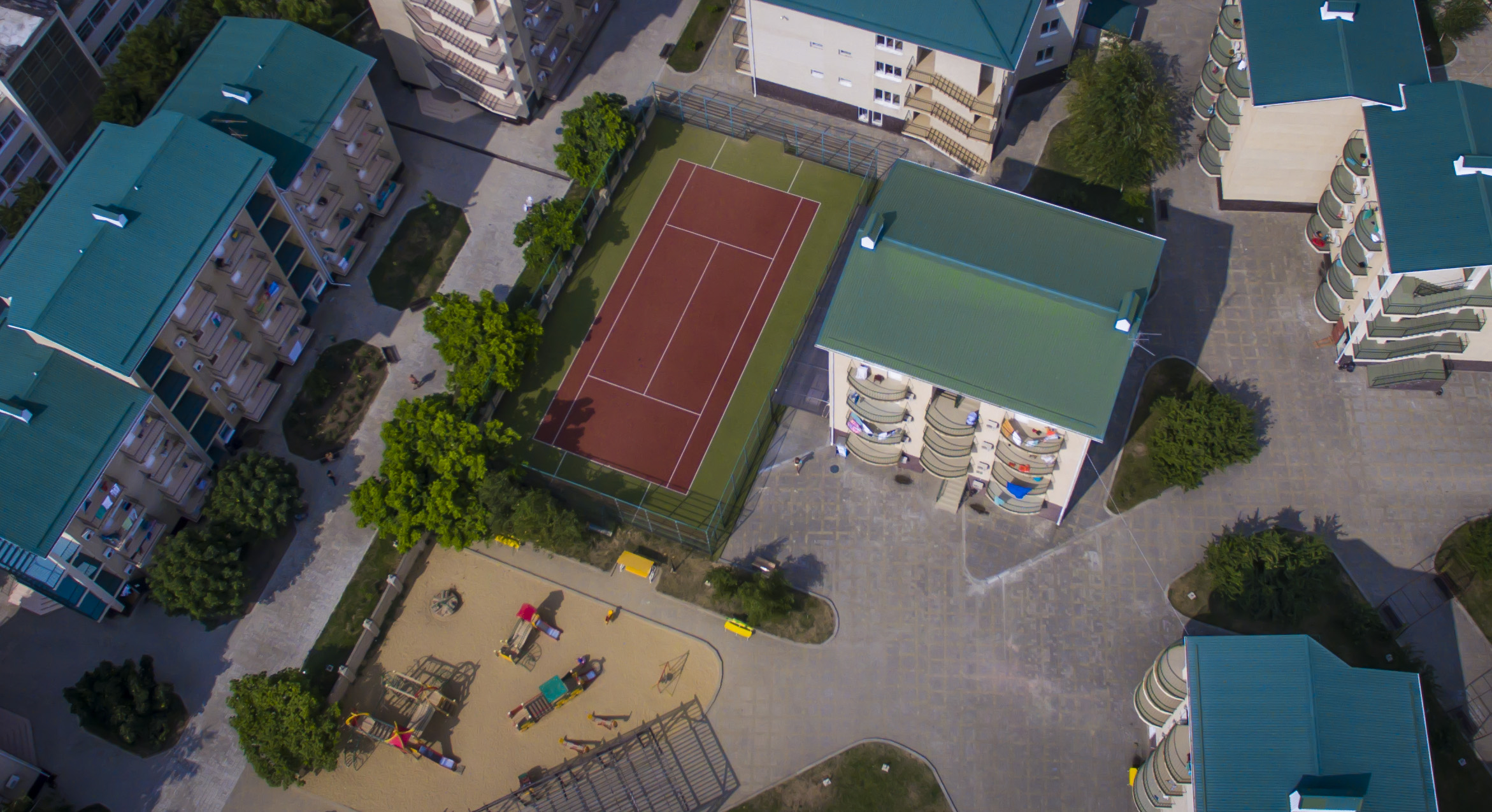 Теннисный корт, детская площадка